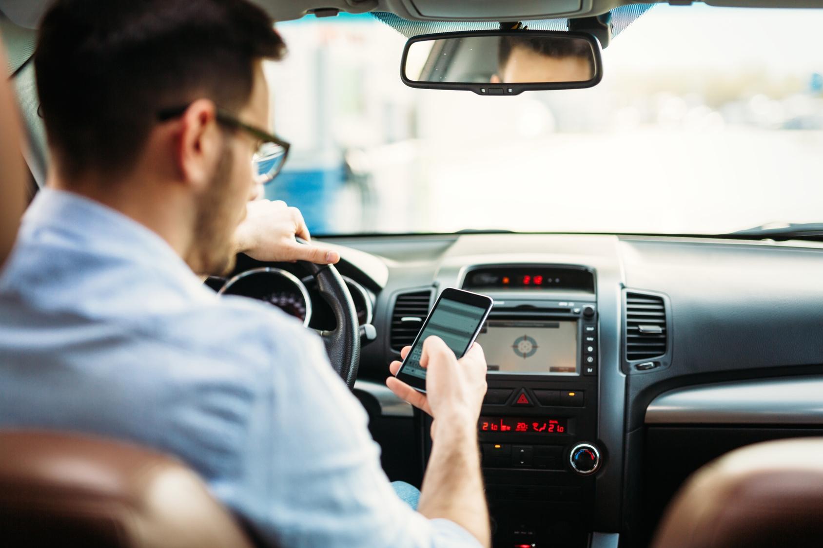 Während die Autofahrerin mit dem Handy am Ohr telefonierte, kam ihr Kombi von der Straße ab und krachte frontal an einen Baum